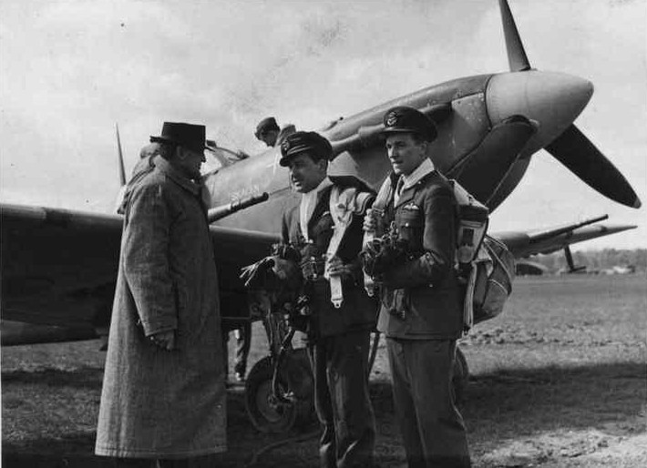 Jørgen Thalbitzer and Axel Andreas Svendsen in front of Spitfire Vb (Skagen Ind.) (The Royal Library)